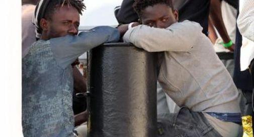 Migranti, calano gli arrivi. Più italiani all'estero