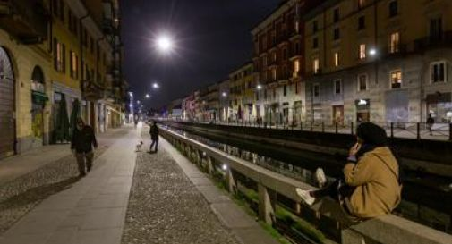 Milano, venditore di rose spinto nei Navigli da due 25enni