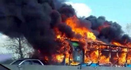 Autobus a fuoco, migrante minaccia: