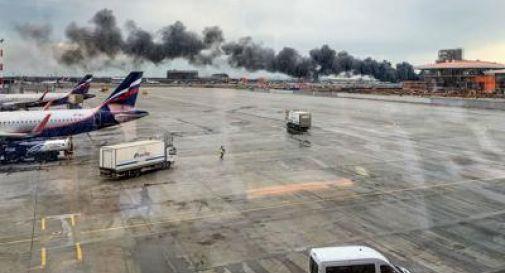Aereo prende fuoco durante l'atterraggio, 41 morti
