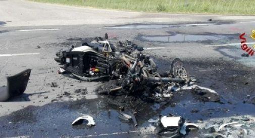 Si schianta in moto contro un'auto, il mezzo prende fuoco e lui muore