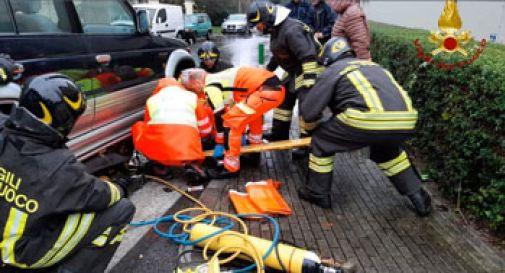 Motociclista incastrato sotto un Suv, i vigili del fuoco lo liberano