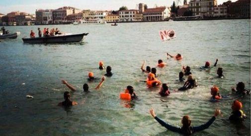 In acqua per bloccare le navi da crociera