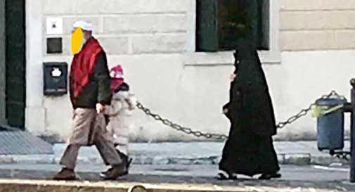 Donna in centro a Pieve con il velo integrale: