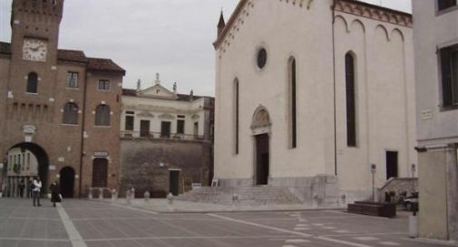 l'ingresso del Duomo di Oderzo in piazza