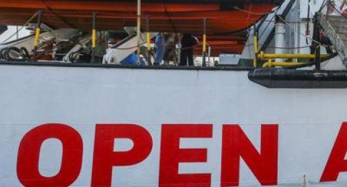 Open Arms nel porto di Pozzallo, sbarco al via