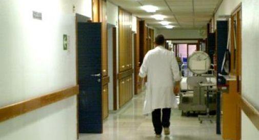 Entra con la Panda nei corridoi dell'ospedale. Inseguito dalla vigilanza, fa perdere le proprie tracce