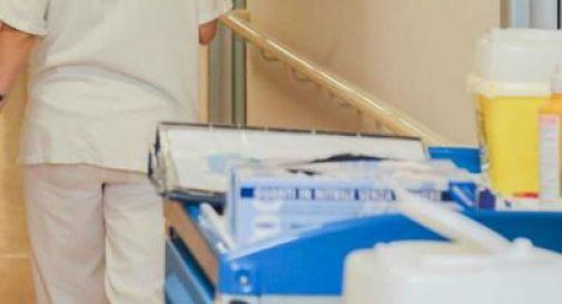 Preservativo nelle mele cotte servite per cena in ospedale, paziente shoccata