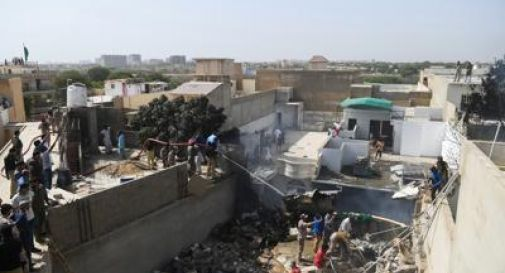 Pakistan, aereo si schianta in zona residenziale: a bordo 107 persone