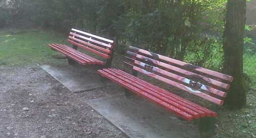 Contro la violenza sulle donne due panchine rosse al parco di Villa Cappelletto
