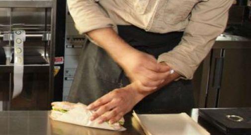 Cameriere lento col panino, cliente lo uccide