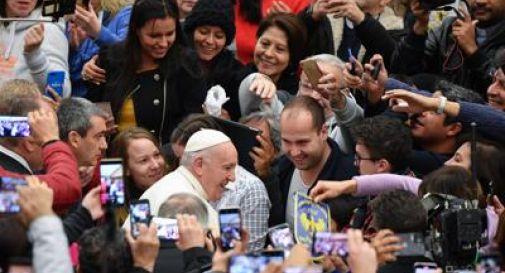 Papa scherza con una suora: