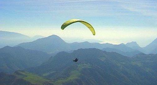 Pilota di parapendio precipita dopo il decollo