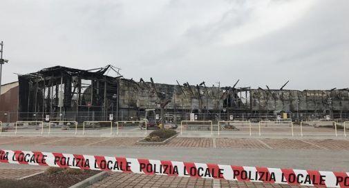 la carcassa della struttura distrutta dall'incendio