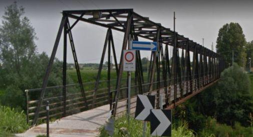 Gioavane sale sul ponte per suicidarsi. Ciclisti lo notano e lo salvano