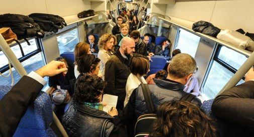 Pendolari ammassati in treno, uno si sente male: in tanti non riescono nemmeno a salire