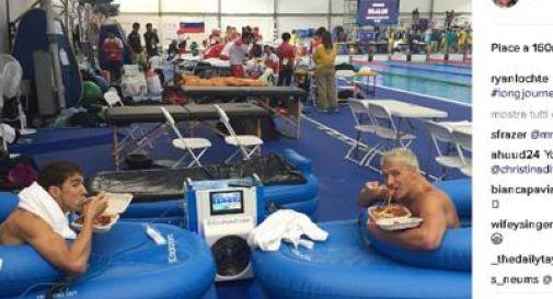 Prima dell'oro, la pasta: spaghetti per Phelps a bordo piscina