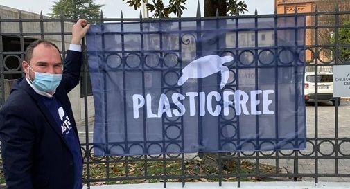 Il sindaco di Mogliano Davide Bortolato con la bandiera Plastic Free
