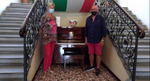 i genitori di Sara con il Pianoforte ieri in municipio