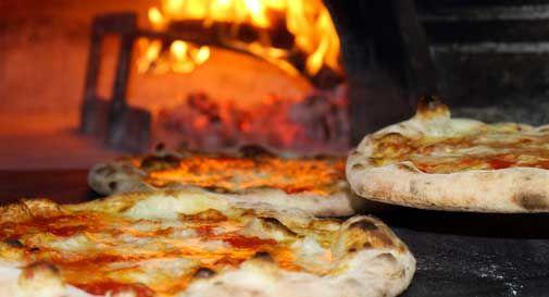 Sorpresa a Lignano: il vicino di tavolo paga la cena a sei famiglie con i figli disabili. Ma non dice nulla e se ne va