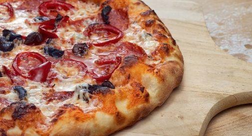 Doppio blitz della polizia in pizzeria: