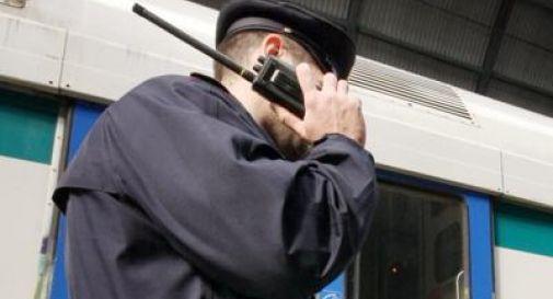 Sul treno senza biglietto e con un pugnale in tasca, aggredisce i poliziotti