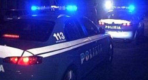 Scaglia la bici contro i poliziotti: arrestato