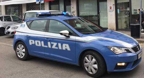Danneggia le auto in sosta e tenta di colpire gli agenti di polizia: arrestato 35enne