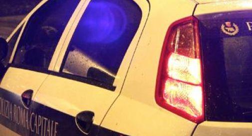 Vigili fanno l'amore in auto durante il servizio ma lasciano l'autoradio accesa: nei guai