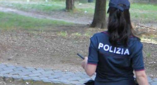 Palpa il seno a poliziotta e si masturba