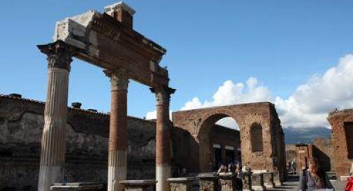 Pompei, turista scivola e fa cadere colonna