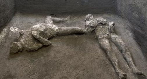 Pompei, ritrovati due corpi intatti