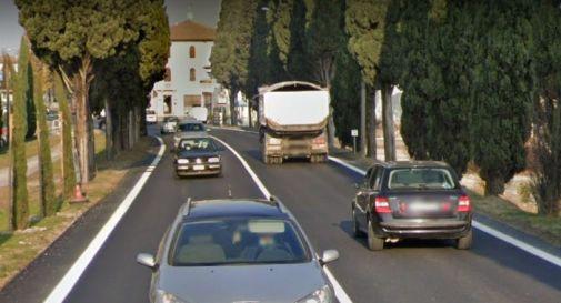Sbatte contro un cartello stradale e va in testacoda