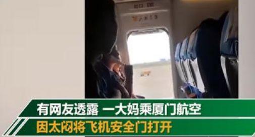 Apre il portellone dell'aereo in decollo: