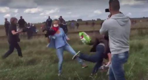 Reporter fa lo sgambetto a profughi in fuga. Licenziata (VIDEO)