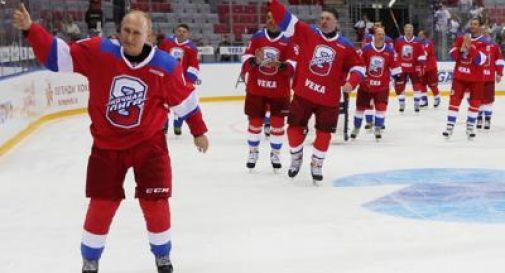 Putin star di hockey, tanti gol e una caduta rovinosa