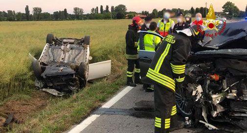 Tragico schianto tra due auto e una bici: un morto e due feriti