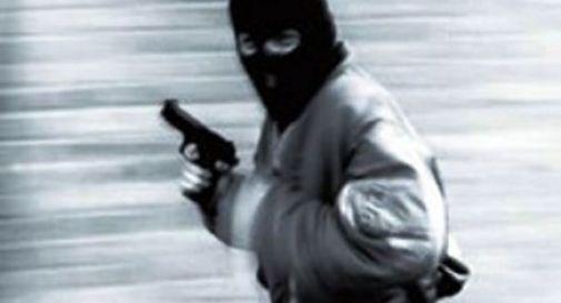 Tre banditi con machete e pistola entrano in casa e rapinano gli inquilini