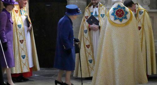 La Regina Elisabetta per la prima volta in pubblico con il bastone