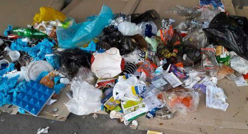 Abbandonano l'immondizia, incastrati dai loro stessi nomi su alcuni rifiuti