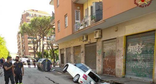 Roma, maxi voragine a Torpignattara: inghiottite due auto