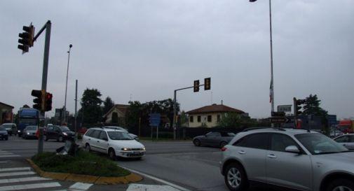 Semaforo in tilt, incidente davanti al McDonald's