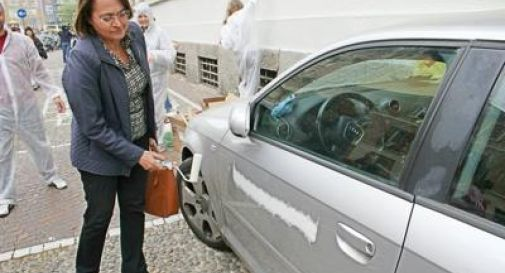 Parcheggia l'auto in divieto.  L'assessore la vernicia