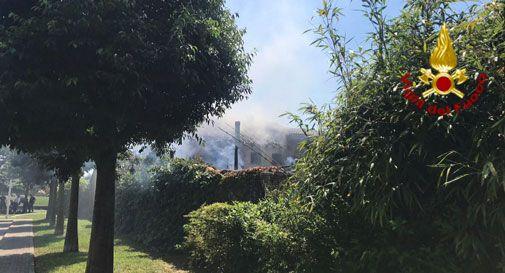 Alta colonna di fumo nero, in fiamme un'abitazione a Santa Lucia di Piave