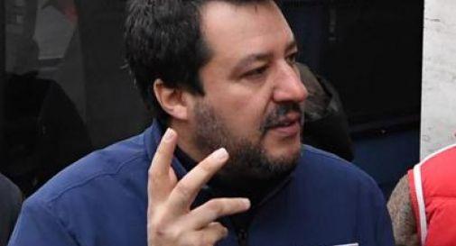 Lei spaccia? Matteo Salvini citofona