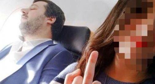Salvini dorme in aereo, la ragazza scatta un selfie con il dito medio