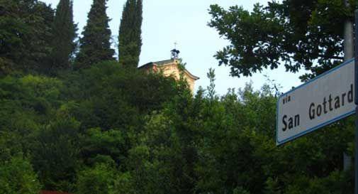 La chiesetta di San Gottardo fagocitata dalla vegetazione