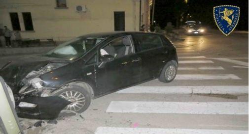 Ubriaco fradicio ignora posto di blocco, sfreccia a 150 km/h sulla Pontebbana e si schianta