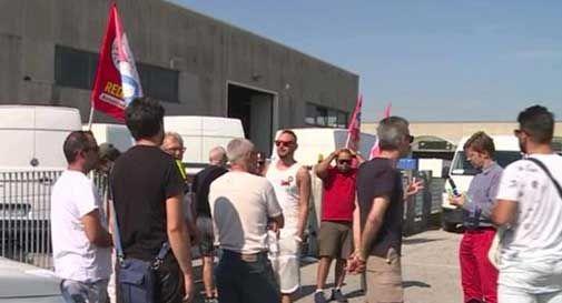 Magazzino Sgt, 15 operai senza stipendio in sciopero