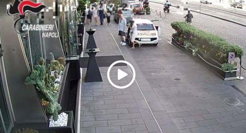Gli strappano orologio da 35mila euro, telecamera riprende scippo